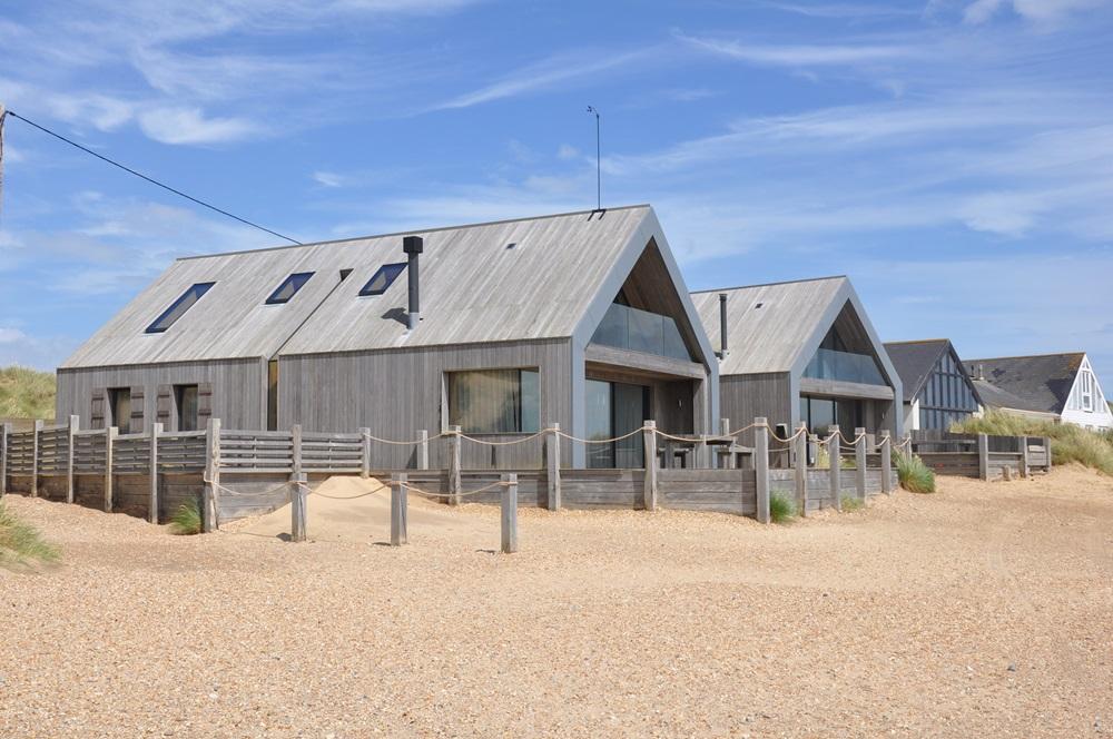 Kebony Clear fasade hus grå platina Camber Sands East Sussex England.