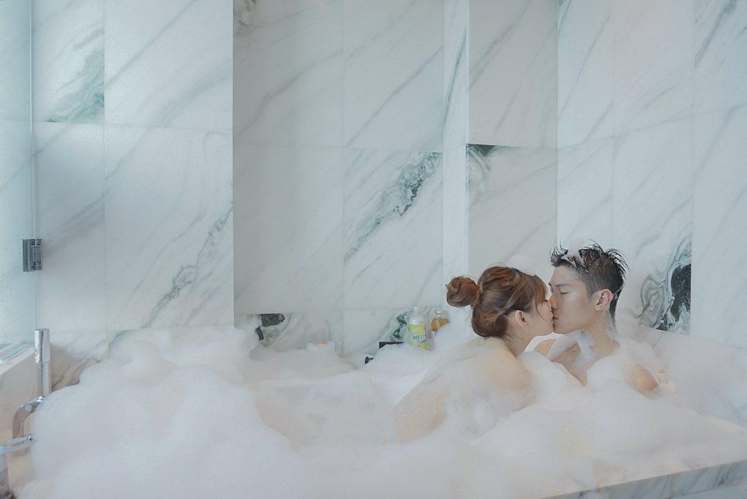 情侶一齊浸泡泡浴,甜密到爆