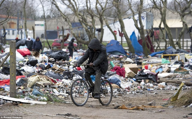 Muslim migrants quit Calais camp and leave it like this
