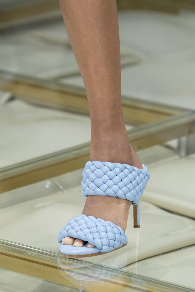 Volume and fashionable lacing Bottega Veneta