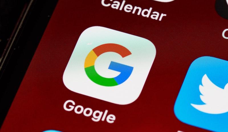 zoom d'un smartphone sur le logo d'appli Google