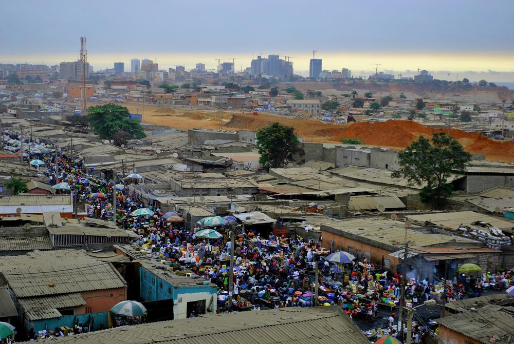 Periferia com casas pequenas e grande número de pessoas