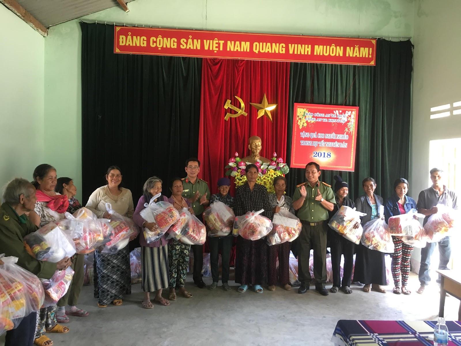 Description: C:UsersAdministratorDownloadsĐại diện lãnh đạo,CBCS Công an thành phố Kon Tum trao quà cho các hộ dân tại 2 làng Kon Rờ Bàng 1 và 2, xã Vinh Quang, thành phố Kon Tum (ảnh Thái Trinh).JPG