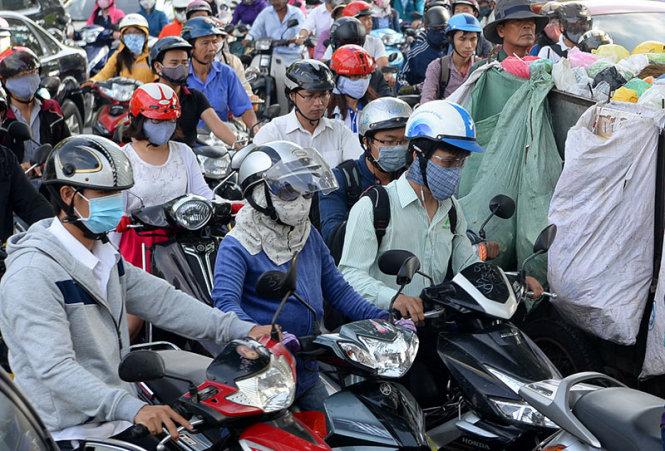 Do ô nhiễm không khí nên nhiều người dân TP.HCM đã tự bảo vệ mình bằng cách thường xuyên mang khẩu trang khi ra đường (ảnh chụp trên đường Hoàng Minh Giám, Q.Phú Nhuận, TP.HCM ngày 2-10-2015) - Ảnh: Hữu Khoa