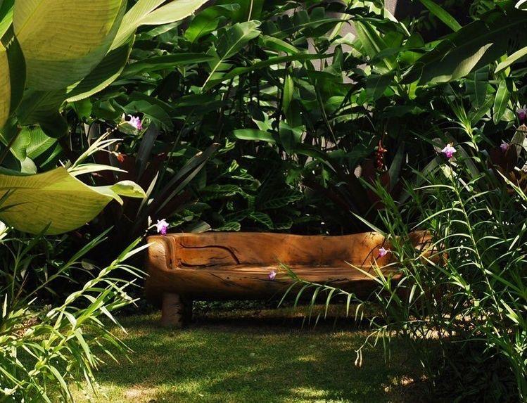 2. ม้านั่งไม้ในสวน