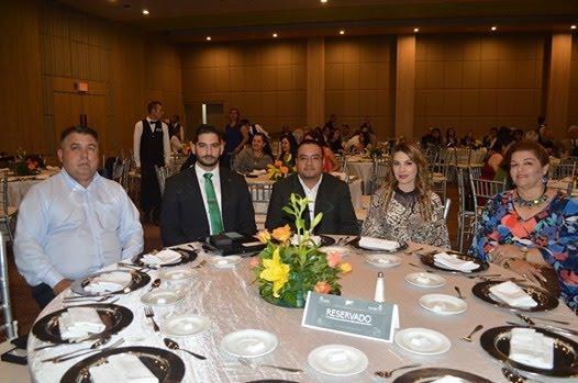 La imagen puede contener 5 personas personas sentadas tabla e interior