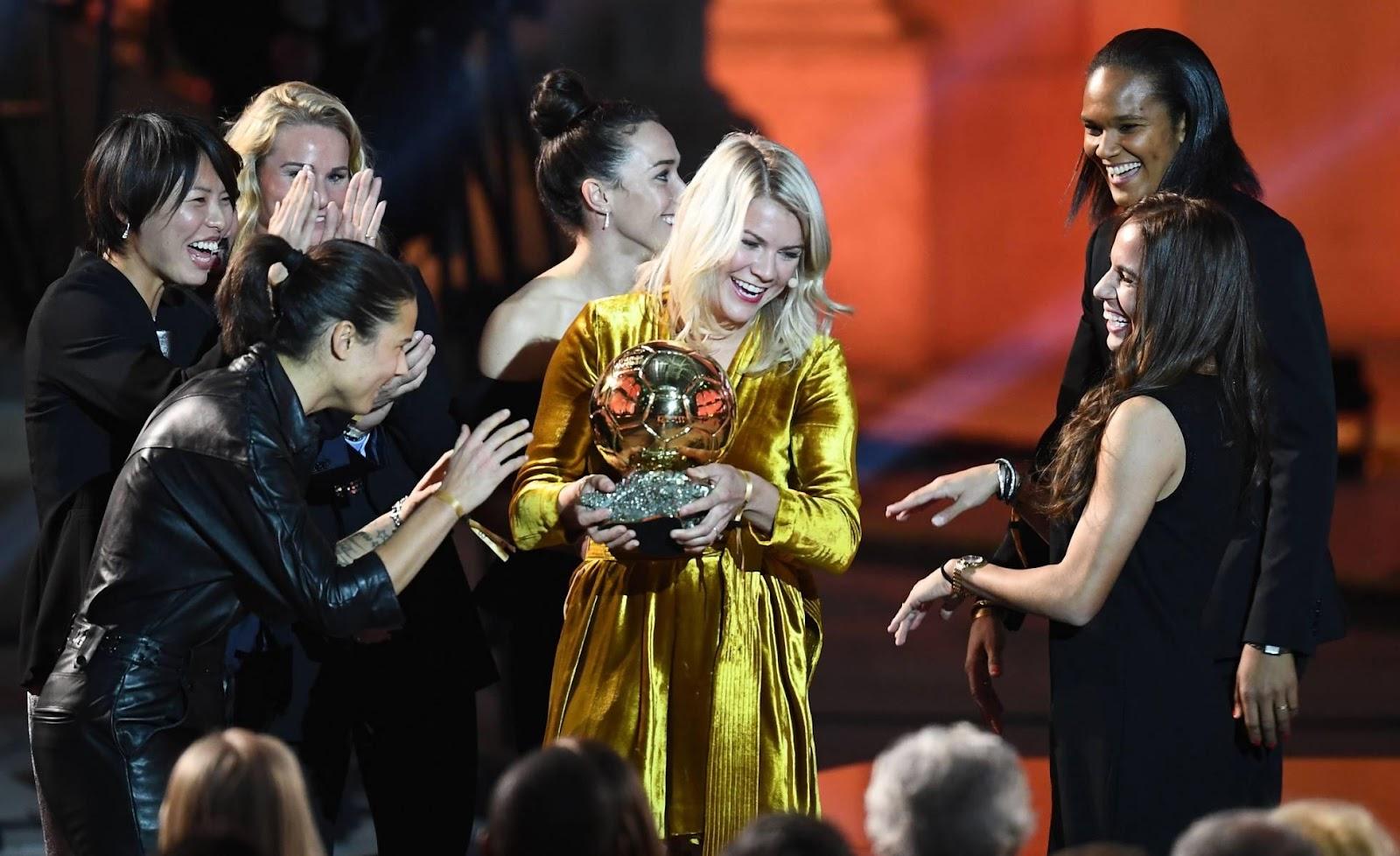 C:\Users\Carla\Desktop\Blog MULHERES EM CAMPO\COPA DO MUNDO FUTEBOL FEMININO\Ada Hegerberg recebendo a Bola de Ouro em Paris FRANCK FIFE GETTY.jpg