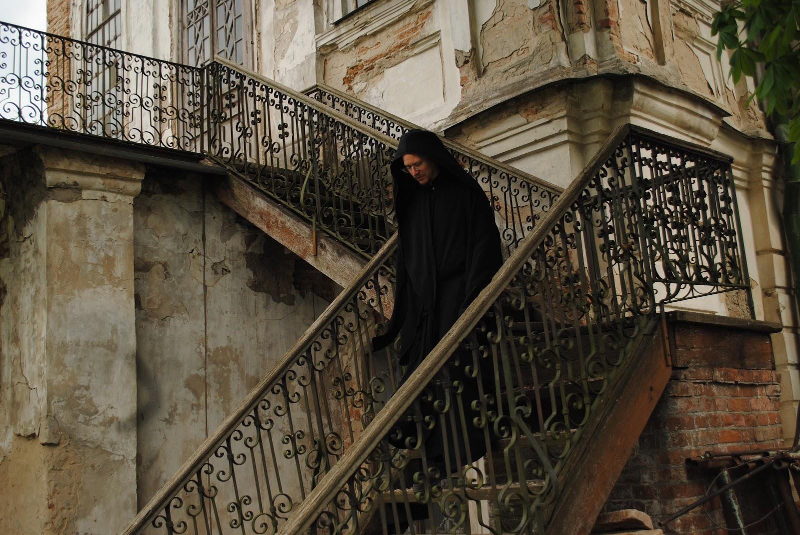 Отець Софроній на сходах Храму Іоана Богослова у Ніжині