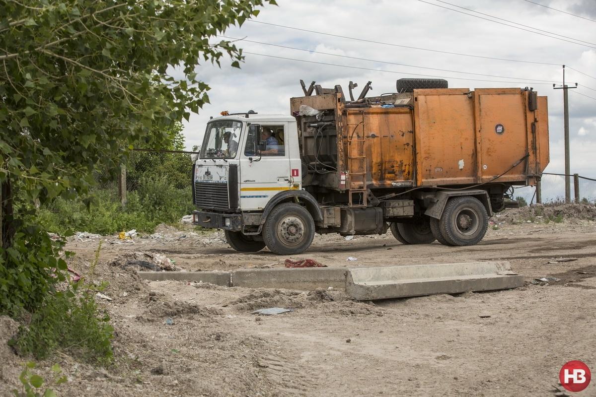 Грузчик на мусоровозе зарабатывает до 8 тыс. грн. Фото: Наталья Кравчук