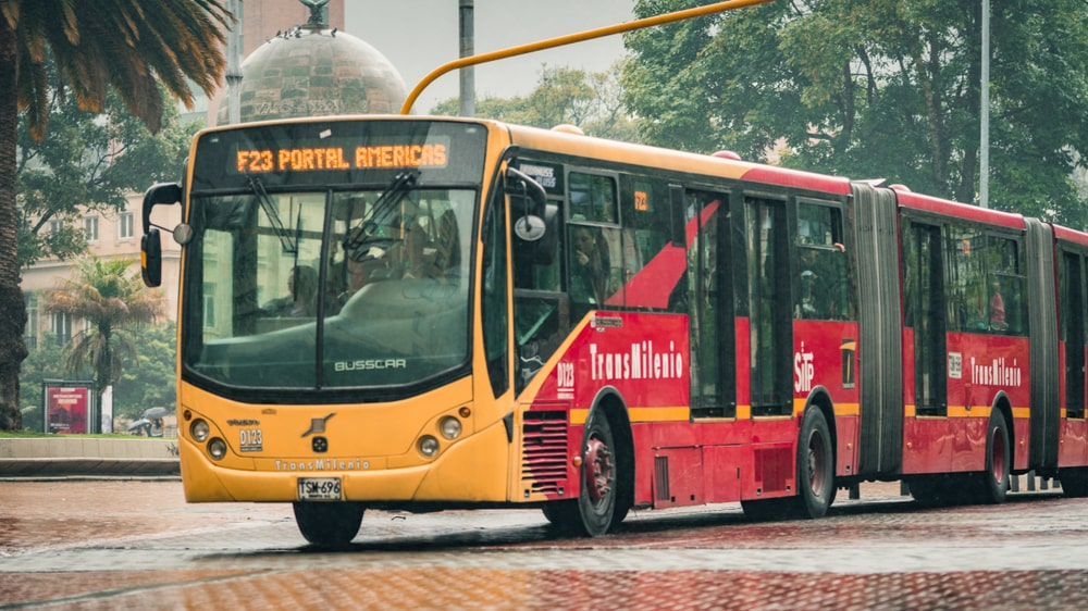 Transmilenio passou a ser empresa gestora do BRT de Bogotá, que introduziu ônibus elétricos na frota com financiamentos e baixou o preço da tarifa em novo modelo de sistema de transporte. (Fonte: Shutterstock)