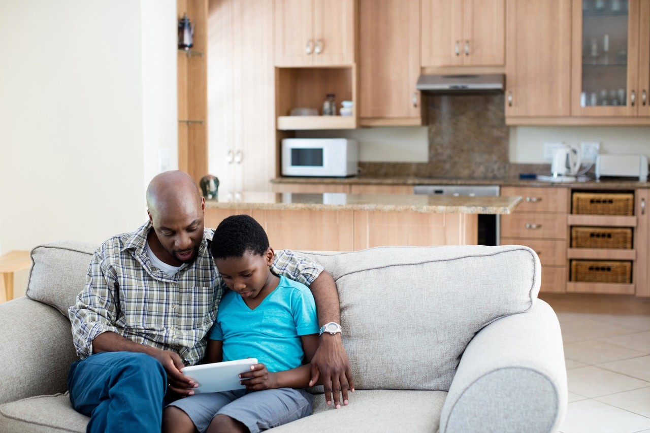 Pai e filho lendo sobre tabua atuarial.