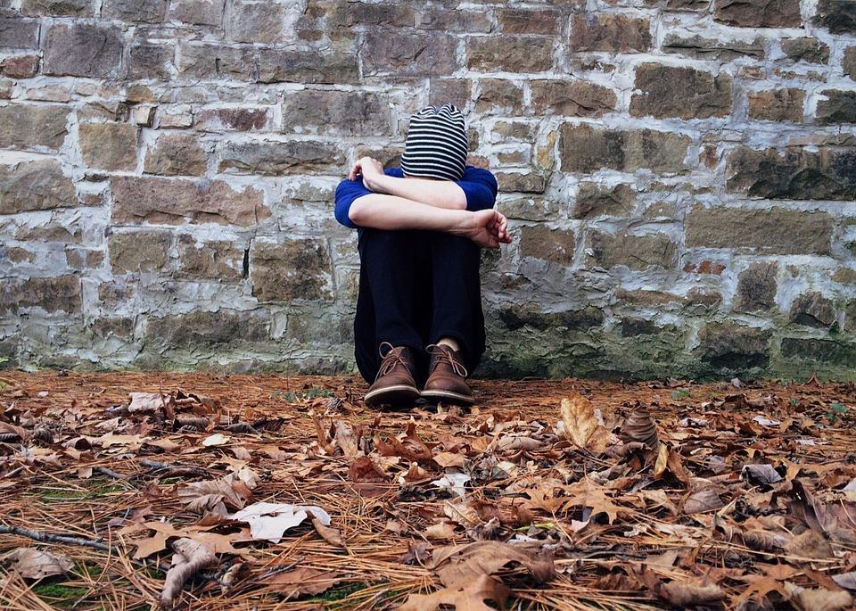 孤独です, 非表示, 悲しい, 若いです, だけで, 孤独, 意気消沈した, 問題, 少年, 男, 壁