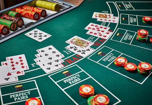 Quy tắc chơi xì dách, blackjack  khá đơn giản nên thu hút nhiều người tham gia
