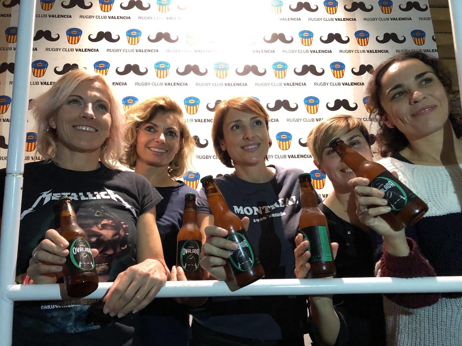 Macintosh HD:Users:jbbenet:Dropbox:Public:Cerveza OVALADA:Fotos Ovalada:Ovalada Movember chicas.jpg