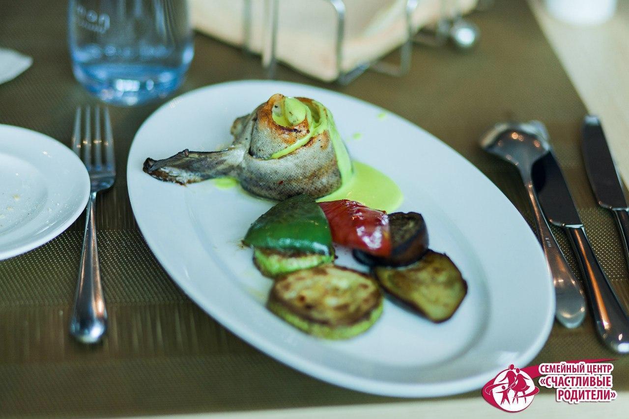 Вас ждёт великолепный обед из свежайших и вкуснейших блюд европейской, кавказской и осетинской кухни в женском кругу настоящих муз и вдохновительниц Сочи!