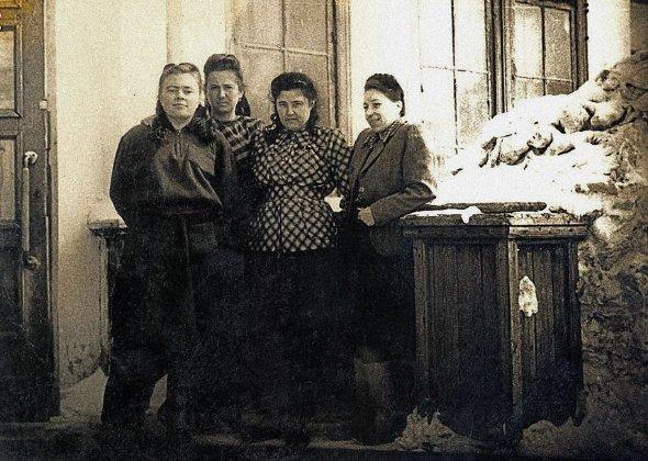 """Іванна Мащак (перша праворуч) була засуджена радянською владою за""""державну зраду"""" на10років таборів. Покарання відбувала наКолимі Магаданської області Росії. Червень 1954року"""