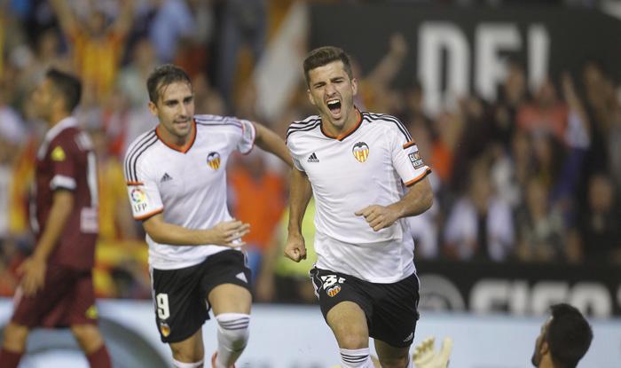 Paco Alcácer y José Luís Gayà celebran el gol del lateral frente al Córdoba en Mestalla.