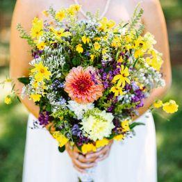 Полевой букет невесты из живых цветов