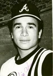 Foto en blanco y negro de una persona con un sombrero en la cabeza  Descripción generada automáticamente