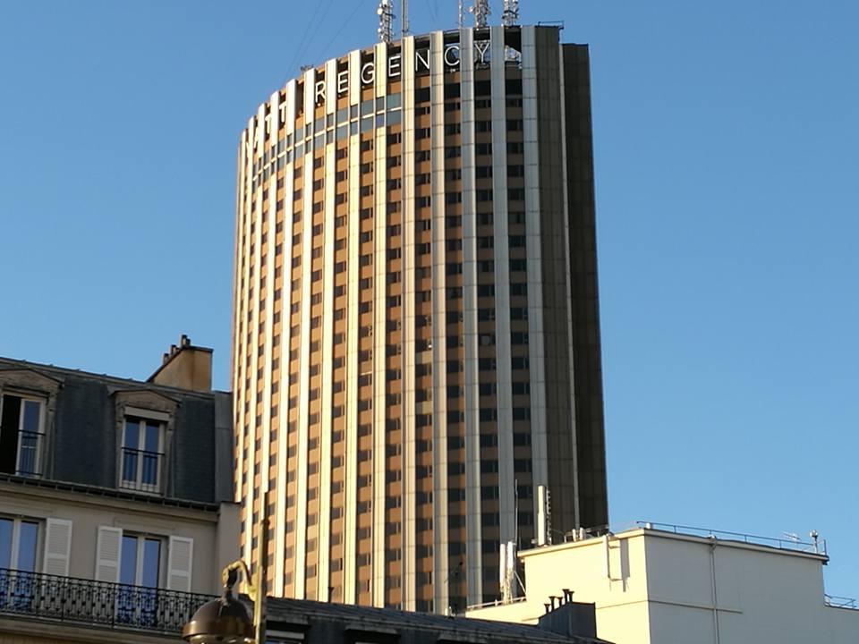 У гостиницы