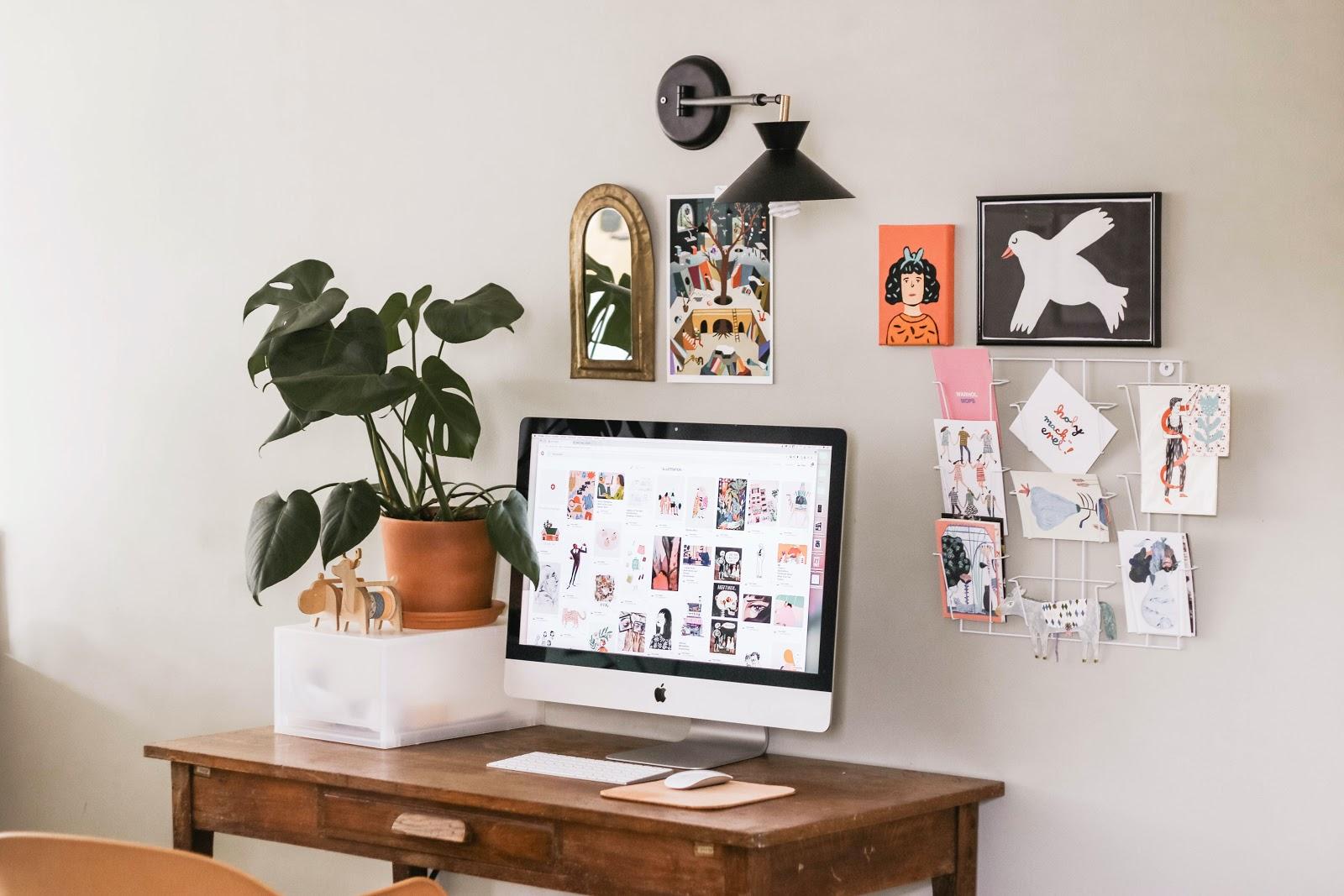 Um cantinho de home office com uma pequena mesa com um computador.