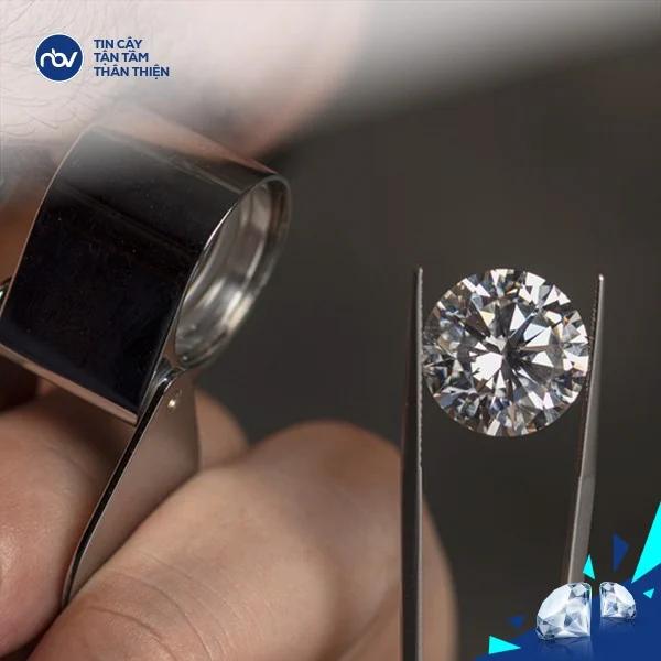 Cầm trang sức kim cương