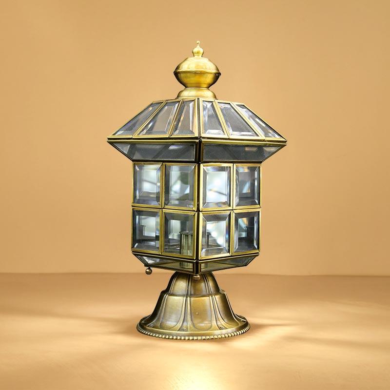 Bạn có thể lựa chọn những chiếc đèn trụ để trang trí cho sân vườn