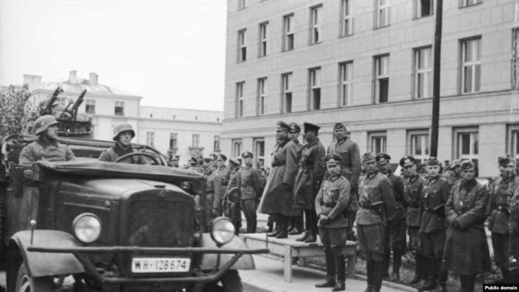 Військові нацистської Німеччини і СРСР під час параду з нагоди поділу земель, що належали до того Польщі. Брест-Литовський, 22 вересня 1939 року
