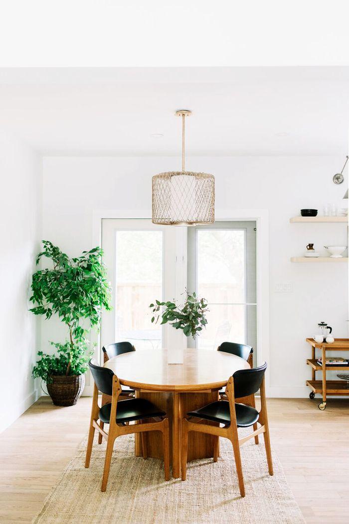 Inspirasi lighting pada desain interior ruang makan dengan lampu gantung - source: mydomaine.com