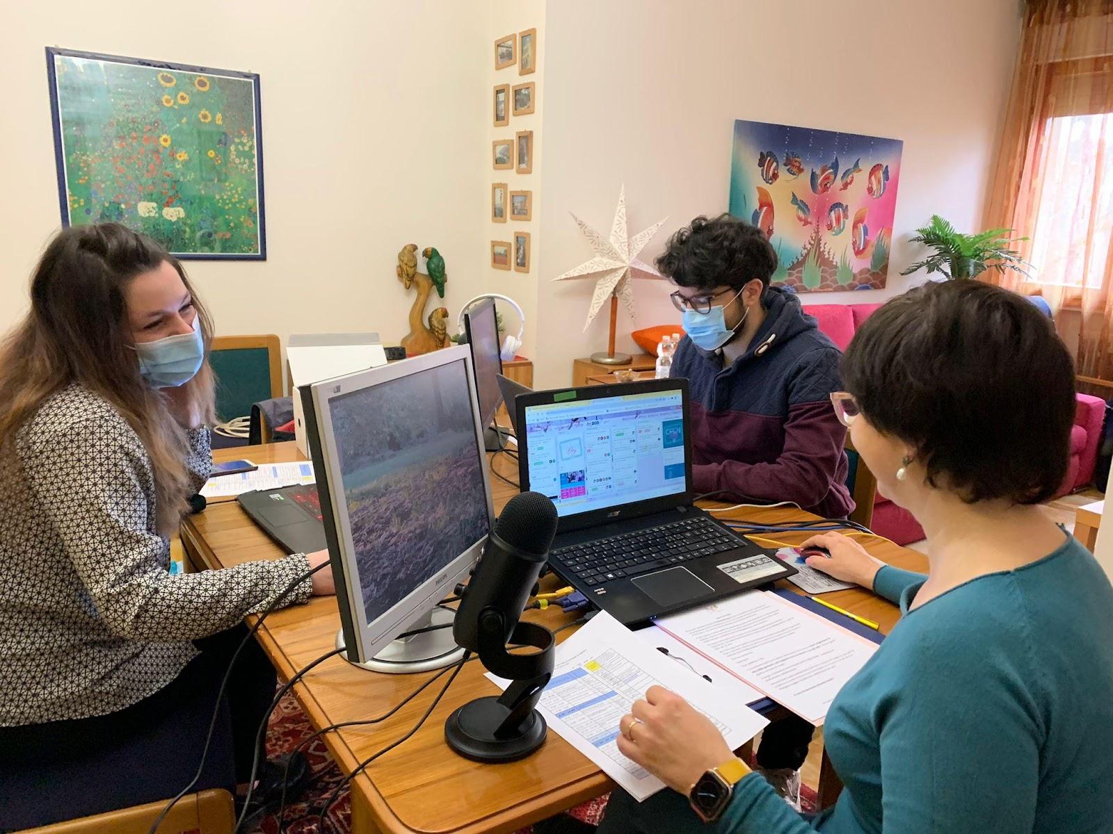 Immagine che contiene testo, computer, scrivania  Descrizione generata automaticamente