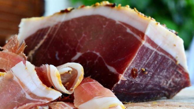 Соль, которой покрывают поверхность мяса, вытягивает из него влагу, лишая таким образом микроорганизмы благоприятных для них условий