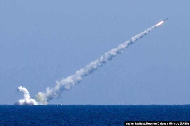 Российская подводная лодка в Средиземном море запускает крылатую ракету «Калибр» по боевым целям Исламского государства в Сирии, 14 сентября 2017 года
