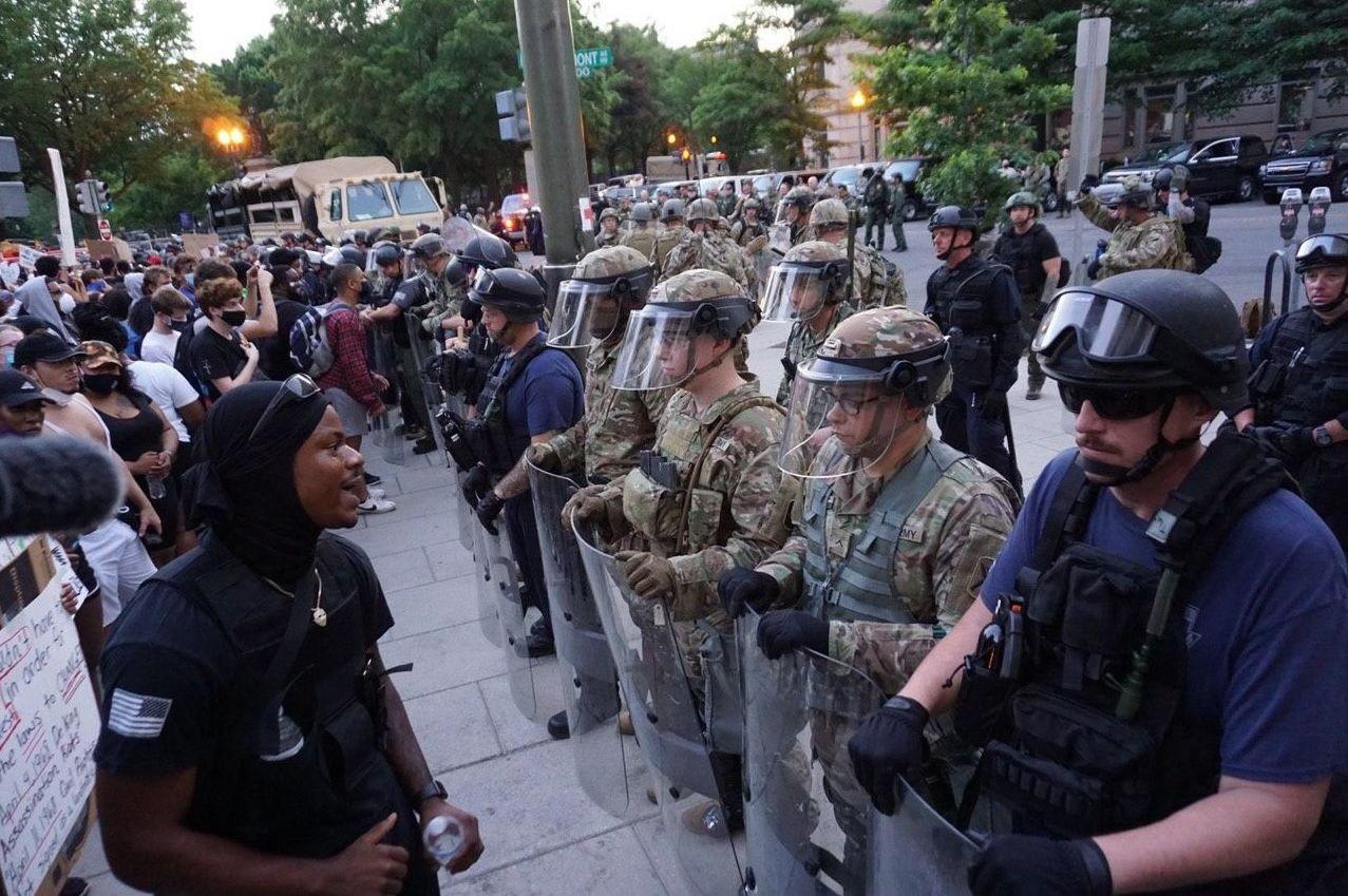 Военная полиция США и участники акции протеста против полицейского насилия у Белого дома в Вашингтоне