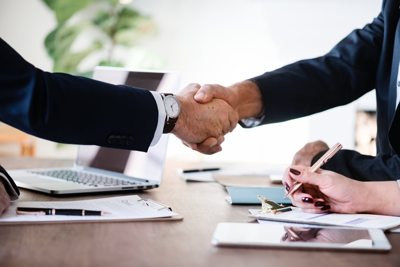 shaking hands on a deal for your startup idea