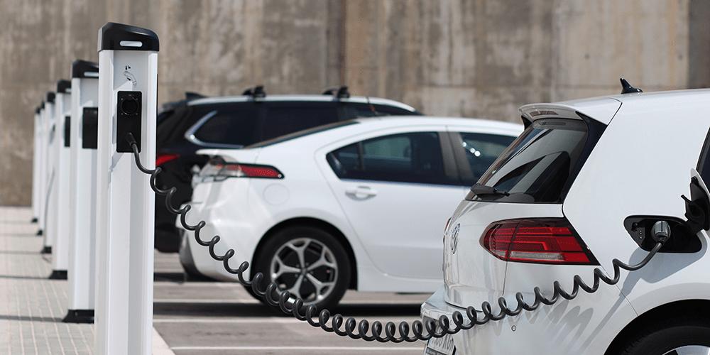 Por não terem escapamentos, os carros elétricos não soltam fumaças enquanto se locomovem. (Electrive/Reprodução)