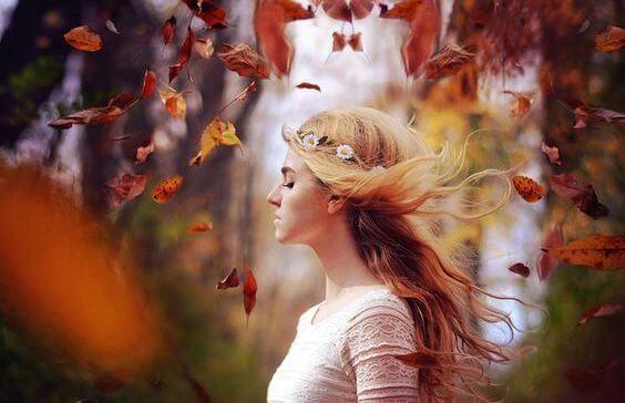 mujer hojas.jpg