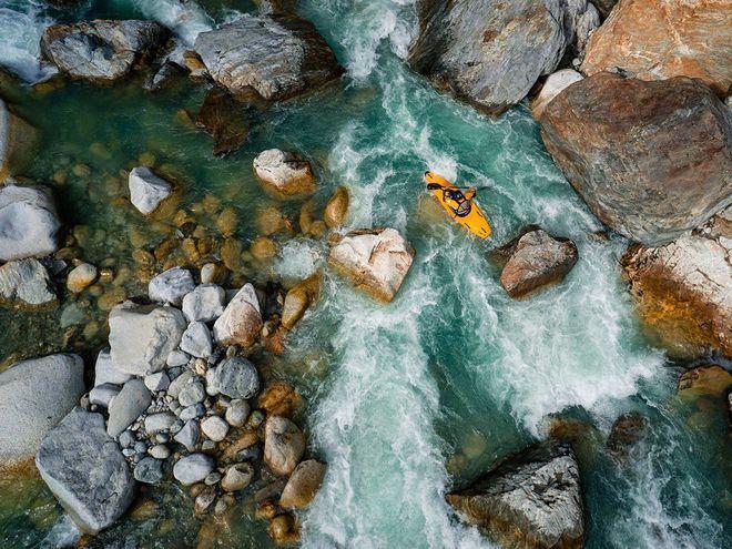 Một người chèo thuyền kayka đang cố gắng vượt qua một dòng nước dữ tại sông Reuss ở Thụy Sĩ.