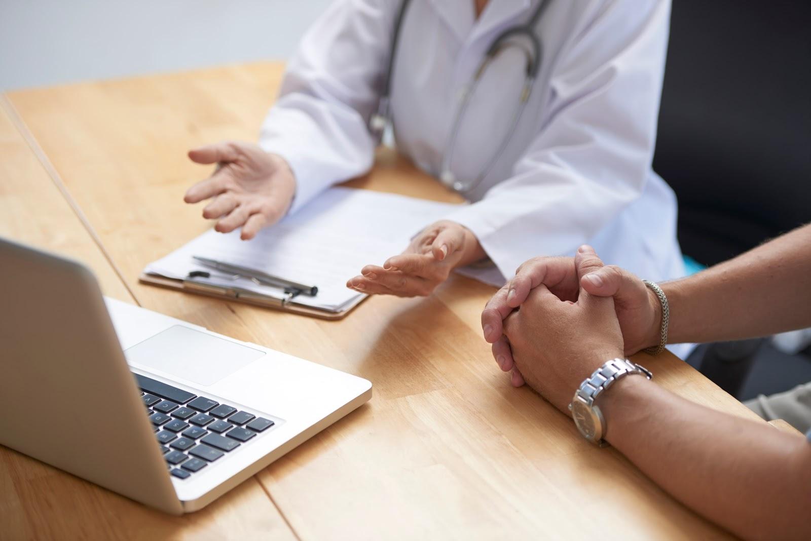 Profissionais da saúde precisam de autorização para utilizar informações de pacientes. (Fonte: Freepik)