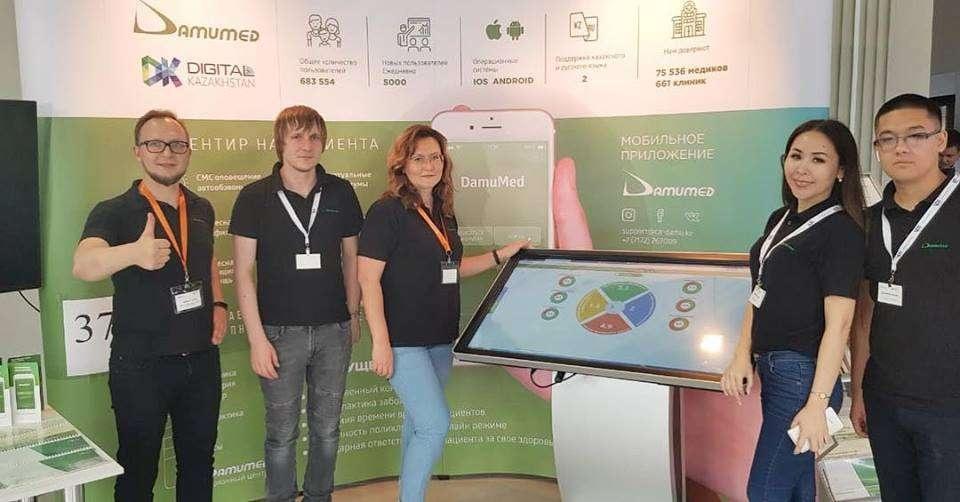 Наталья Киль вместе с сотрудниками на выставке IT-решений казахстанских разработчиков