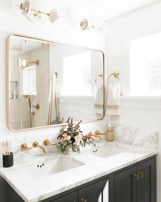 Espelhos grandes no banheiro