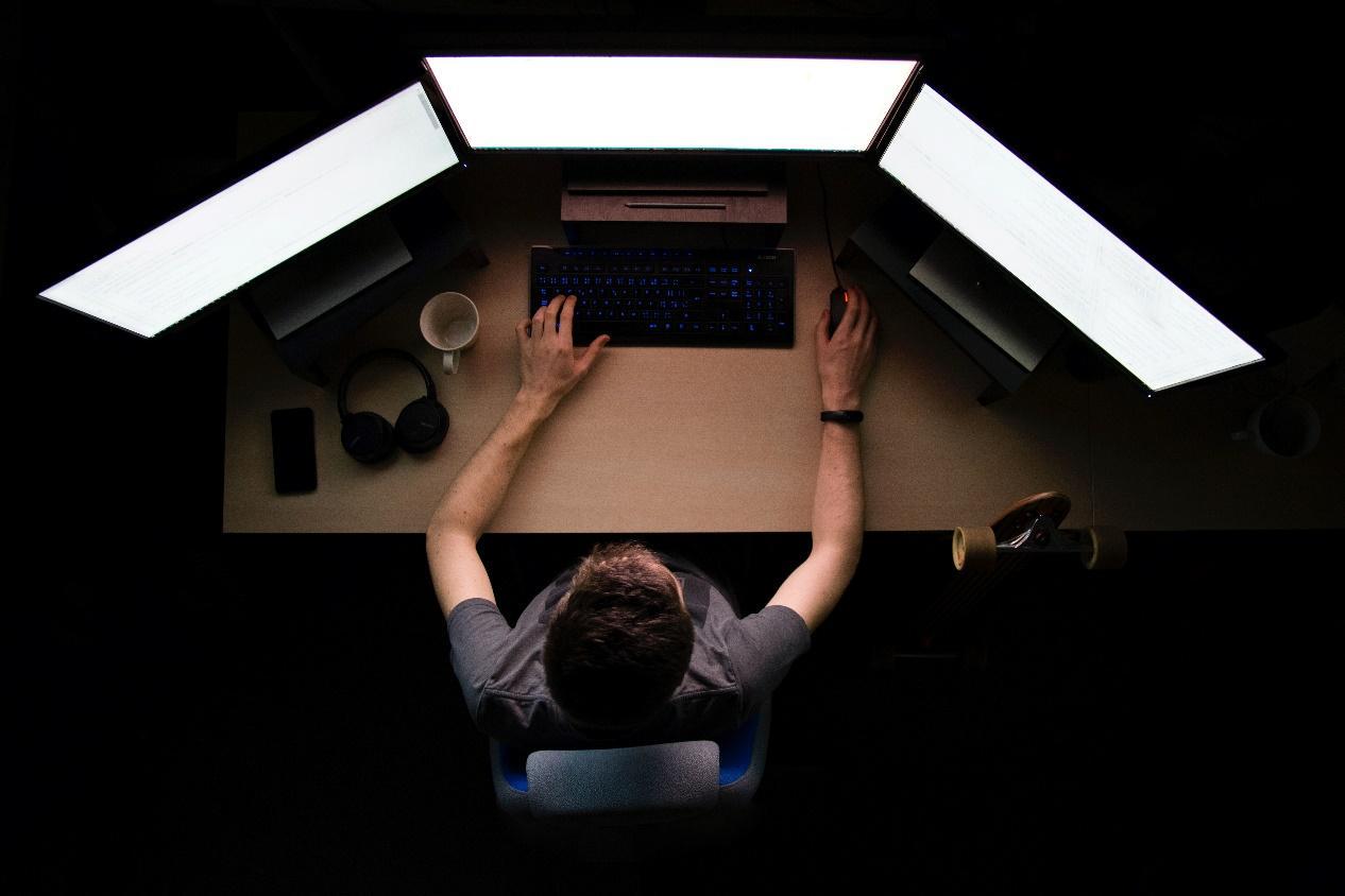 Sebuah gambar berisi orang, dalam ruangan  Deskripsi dibuat secara otomatis
