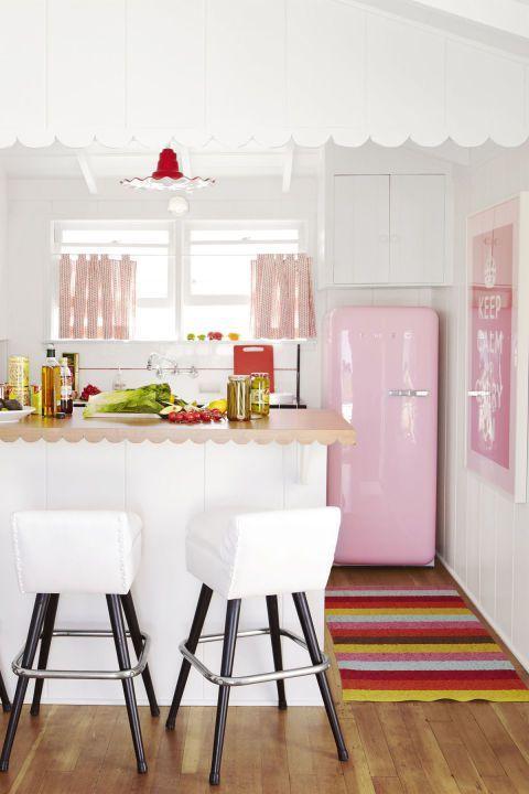 Phong cách vintage với màu sắc hồng trắng và nội thất bếp đơn giản.