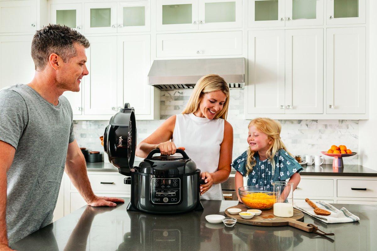 gezin die gebruik maken van een multicooker
