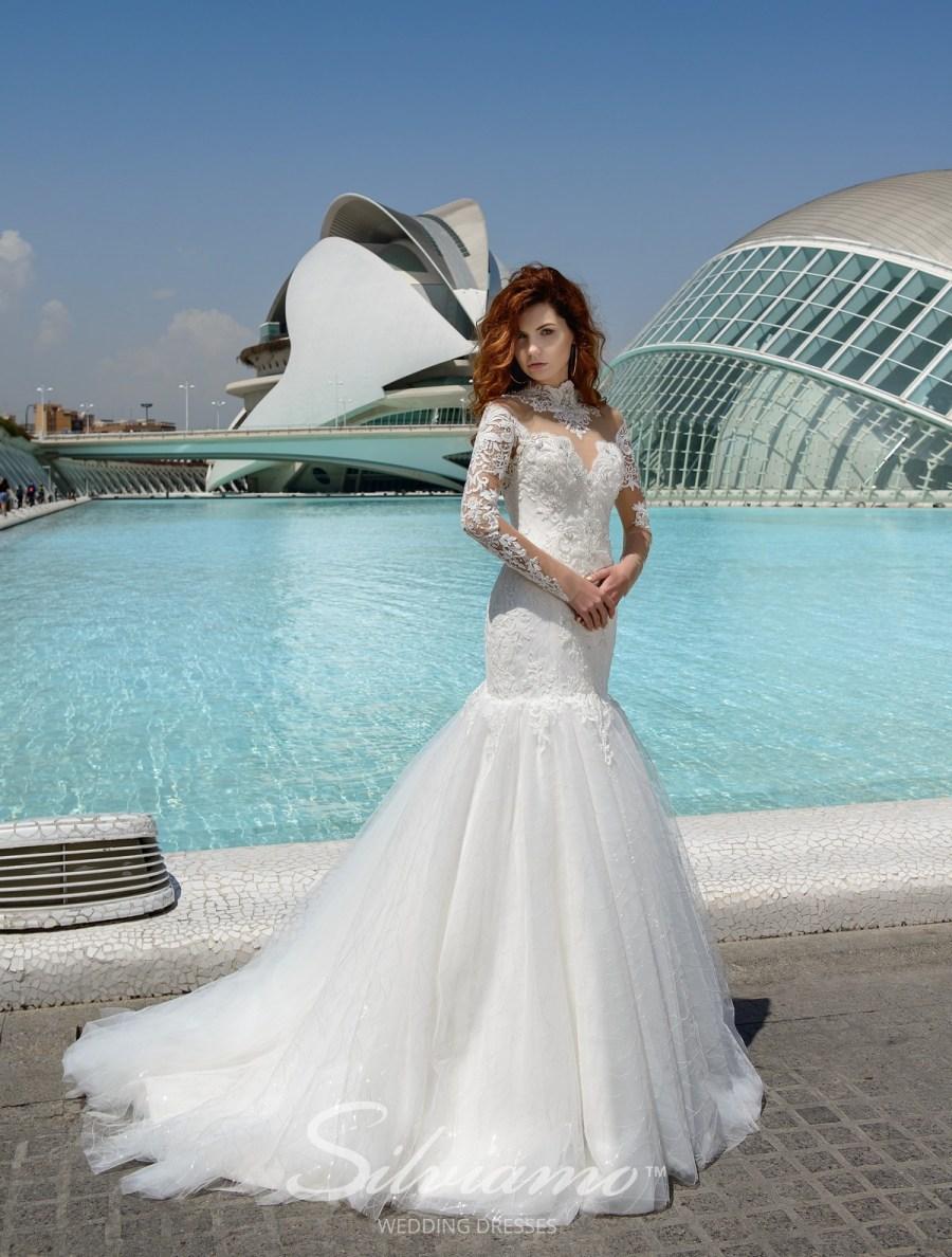 Весільна сукня рибка з розшитою горловиною