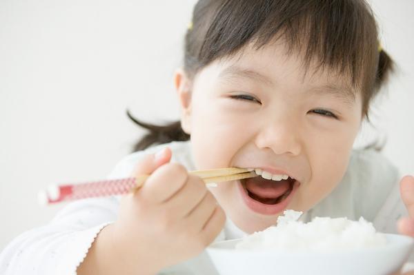 Mẹ nên cho trẻ ăn đủ chất và đa dạng