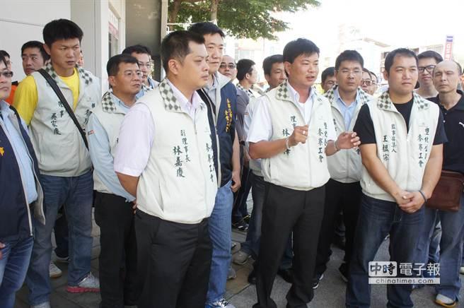 台塑六輕工會理事長林永澤(說話者)及工會理事成員,今早也到縣府陳情保障他們的工作權。(周麗蘭攝)