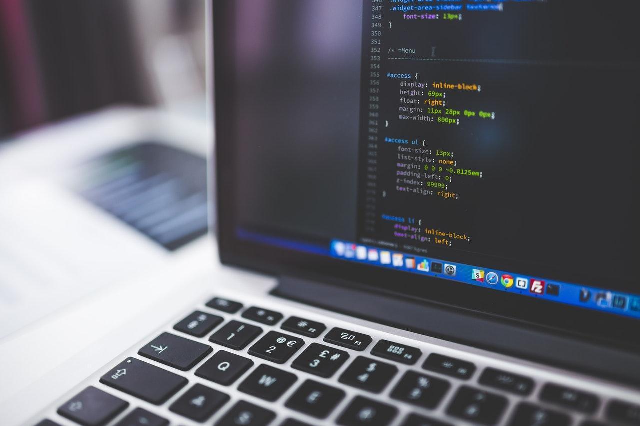 Code HTML sur un écran d'un ordinateur