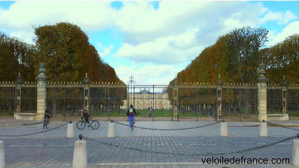 Grille du jardin du Luxembourg - Balade à vélo de Notre Dame à Montparnasse par veloiledefrance.com