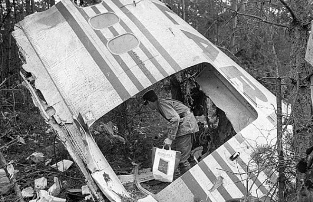 Авиалайнеры типа Макдоннел Дуглас ДС-10 считаются одними изсамых ненадёжных широкофюзеляжных самолётов, катастрофы скоторыми происходили восновном из-за технических неполадок. 3марта 1974 года через 6 минут после вылета изПарижа, упассажирского авиалайнера внезапно открылась одна изгрузовых дверей, ииз-за декомпрессии разрушились системы управления. Погибли все 346 человек наборту.