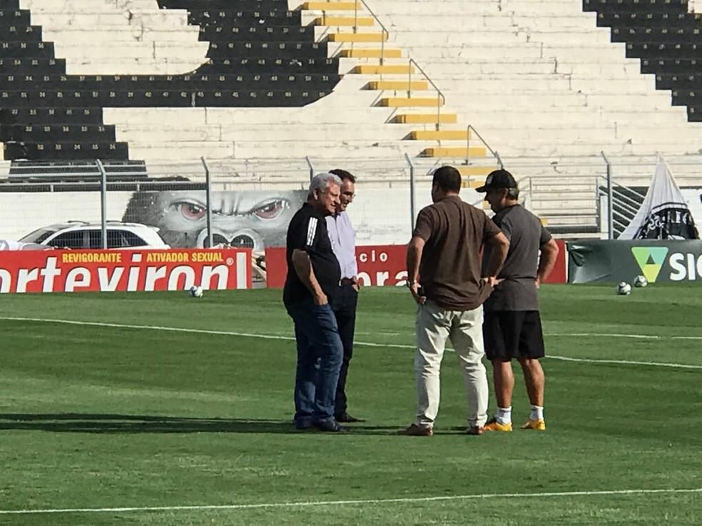 Sérgio Carnielli conversa com Kleina no gramado do Majestoso  — Foto: Daniel Mafra / EPTV